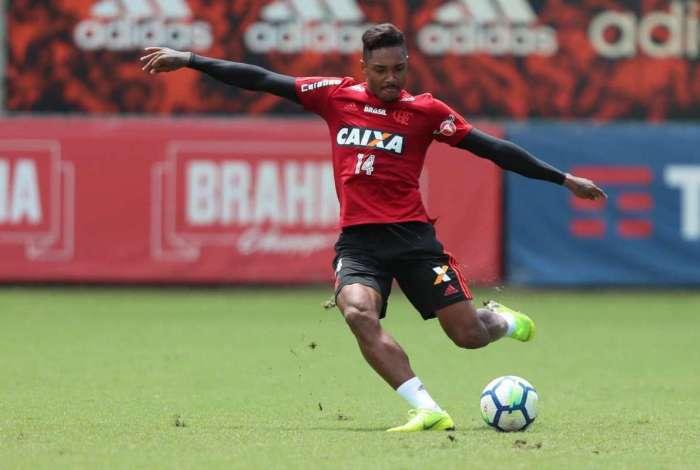 Vitinho arrisca o chute em treino de finalizações do Flamengo, no Ninho do Urubu