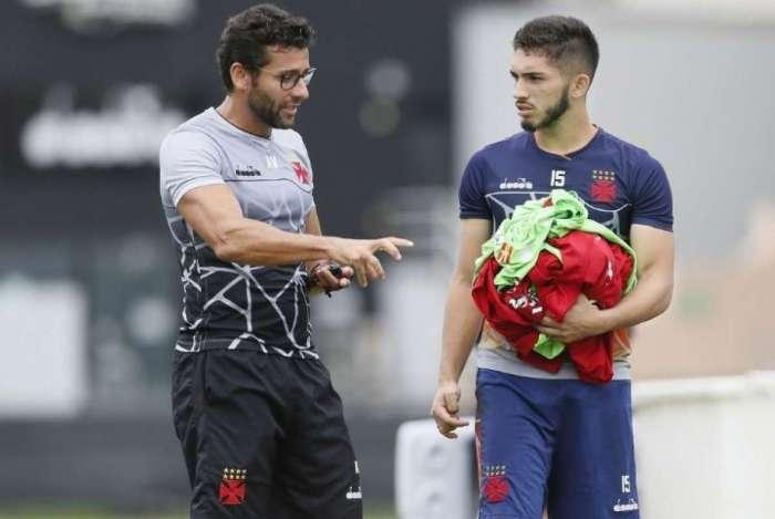 Andrey recebe orientações do técnico Alberto Valentim