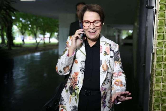A deputada federal e futura ministra da Agricultura no governo de Jair Bolsonaro, Tereza Cristina, dá entrevista na saída de sua residência em Brasília