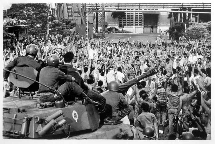 Imagens históricas, como a do momento em que tanques do Exército invadiram a CSN, fazem parte do documentário