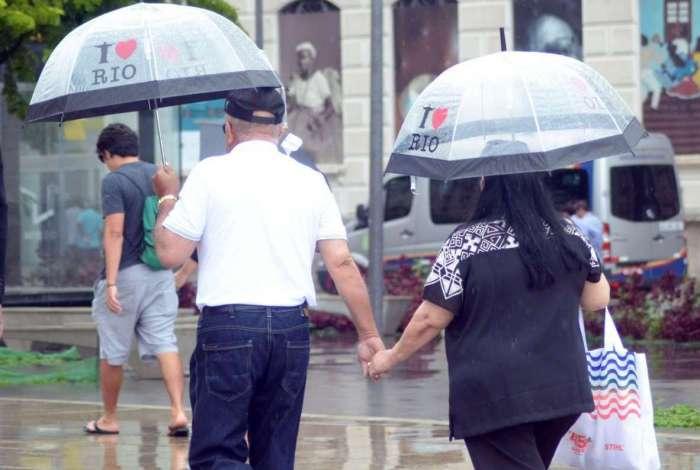 Frente fria baixou temperatura e provocou chuva, de fraca a demorada, na Praça Mauá