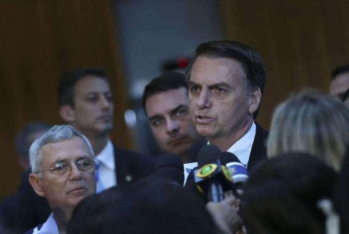 O presidente eleito conversa com jornalistas após visita ao Comando da Aeronáutica,em Brasília