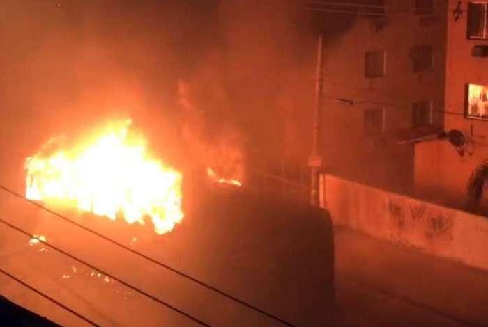 Ônibus é incendiado em uma das ruas do bairro