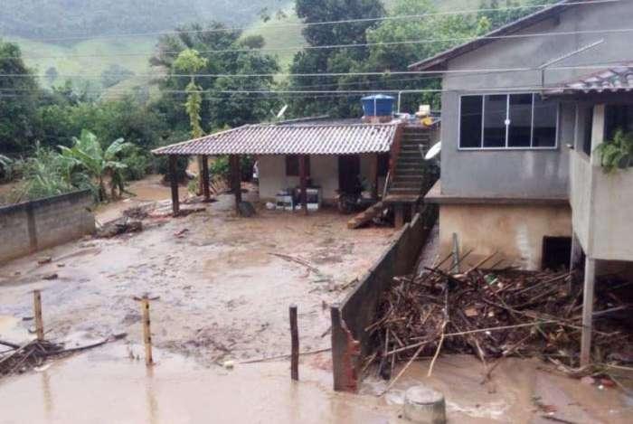 Temporal causa queda de ponte, alagamentos e deixa alunos sem aula em Macaé