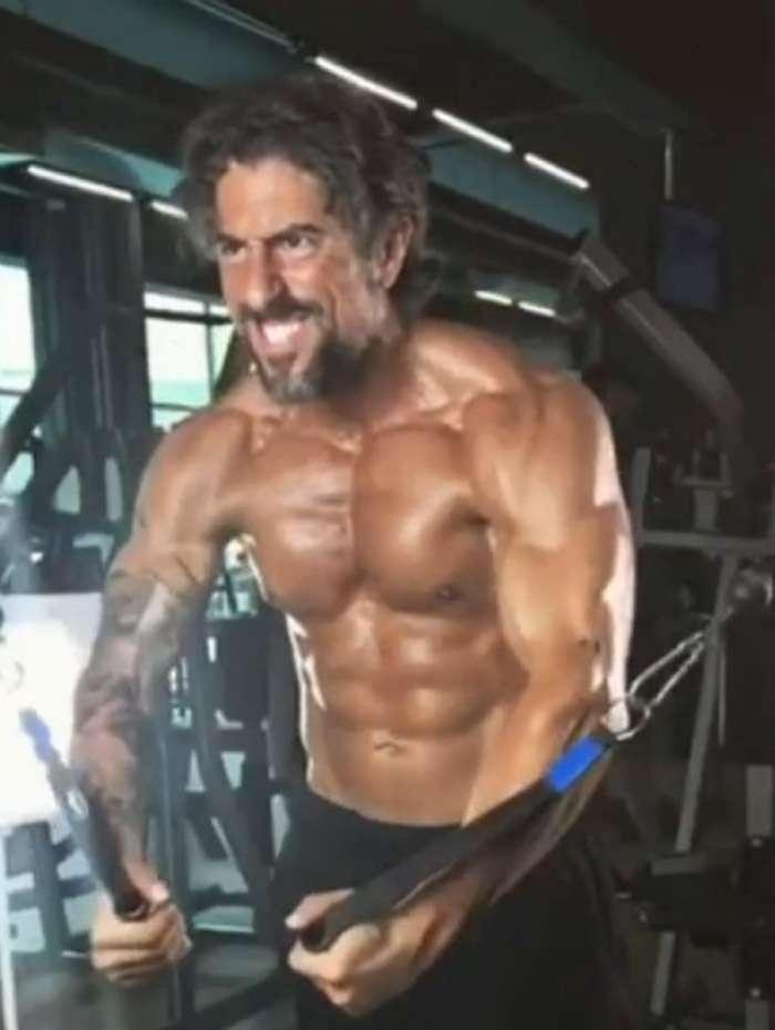 Marcos Mion exibe músculos e fala sobre importância da atividade física