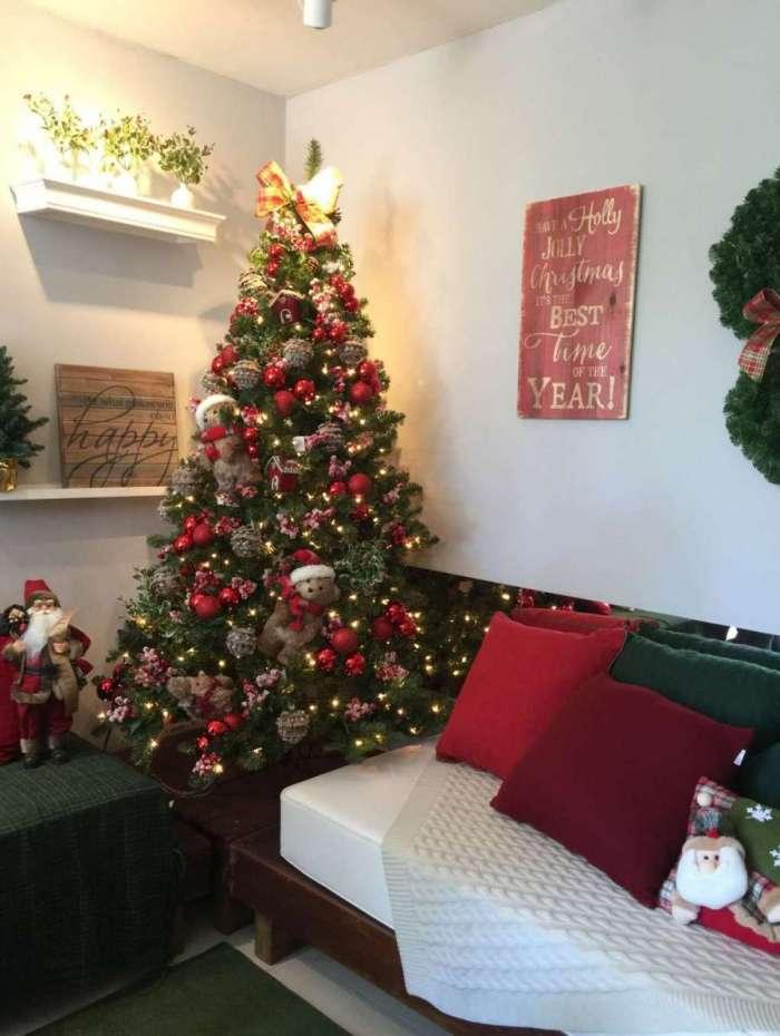 Decoração de Natal pode ser montada com árvore, almofadas, quadros e guirlandas na parede