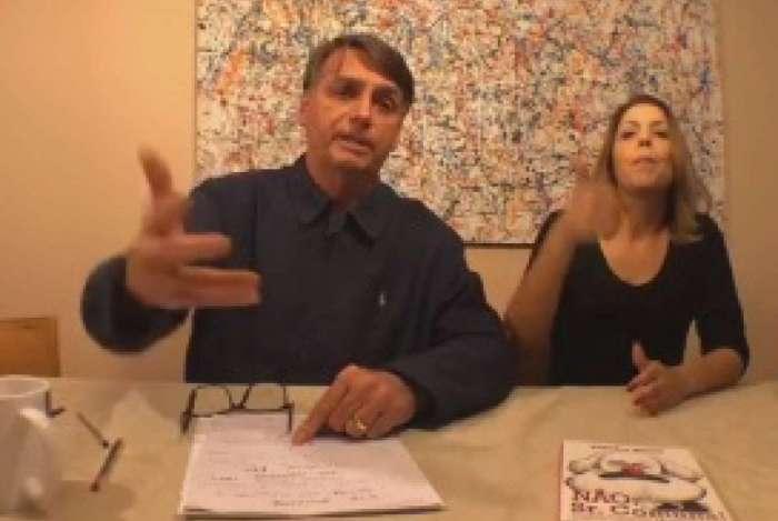 Presidente eleito Jair Bolsonaro (PSL) faz transmissão ao vivo no Facebook
