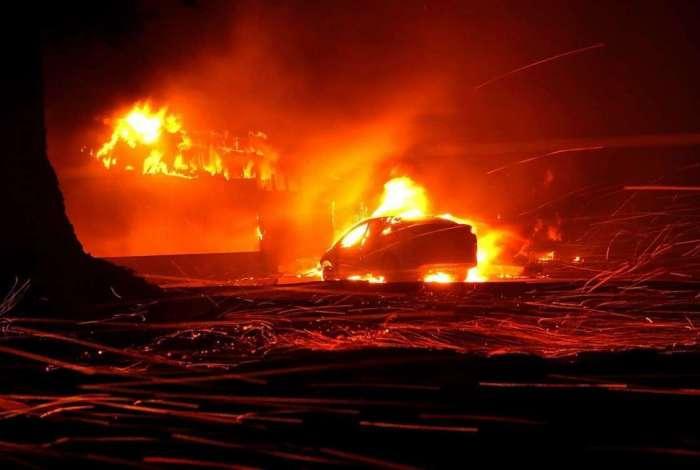 Casas e carros queimam em Paradise, Califórnia
