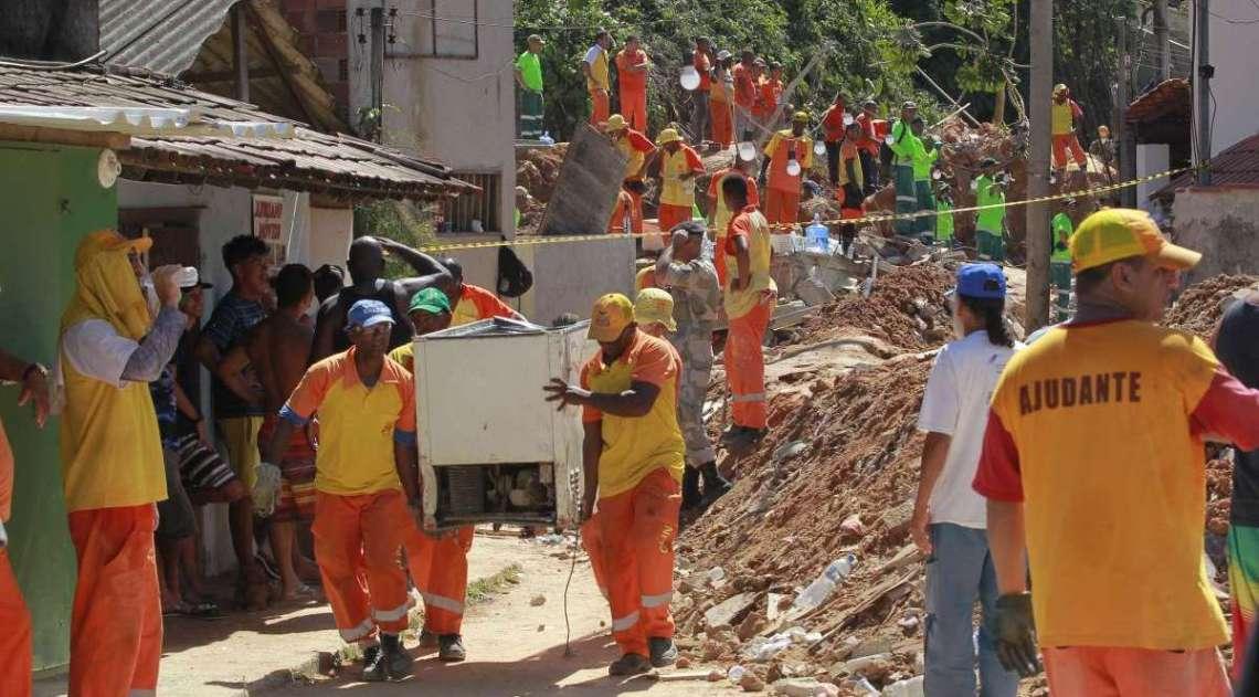 Bombeiros continuam trabalhando nos escombros após tragédia na comunidade da Boa Esperança, em Niterói. O incidente matou 14 pessoas e deixou, ao menos, 11 feridos