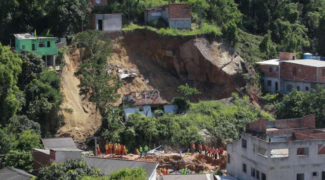 Bombeiros trabalham nos escombros, após a tragédia ocorrida na comunidade da Boa Esperança, em Niterói, que deixou 15 mortos