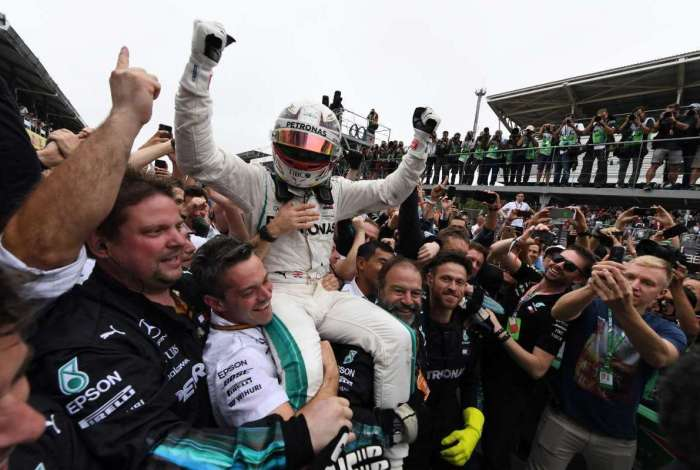 Lewis Hamilton comemora vitória no GP do Brasil