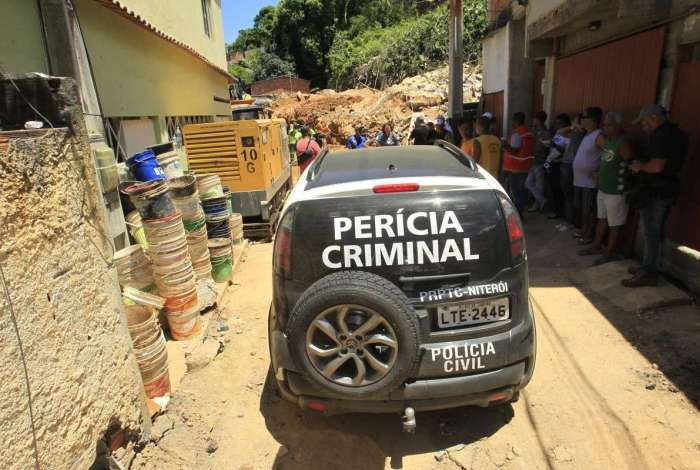 A Polícia Civil começou a perícia no no Morro Boa Esperança em busca de explicações para o desabamento