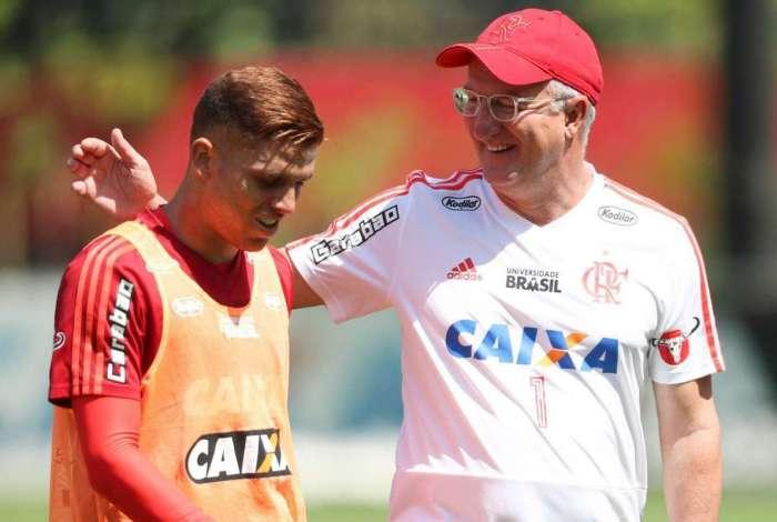O técnico Dorival Júnior brinca com o volante Cuéllar em treino do Flamengo no Ninho do Urubu