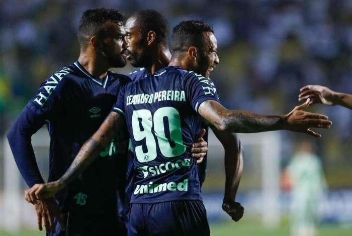 Leandro Pereira fez o gol da Chape, o primeiro time na zona da degola