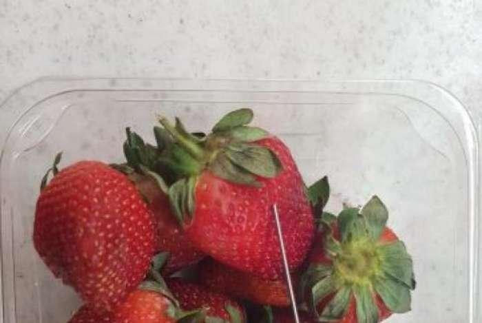 Polícia recomendou que usuários cortassem morangos antes de comê-los
