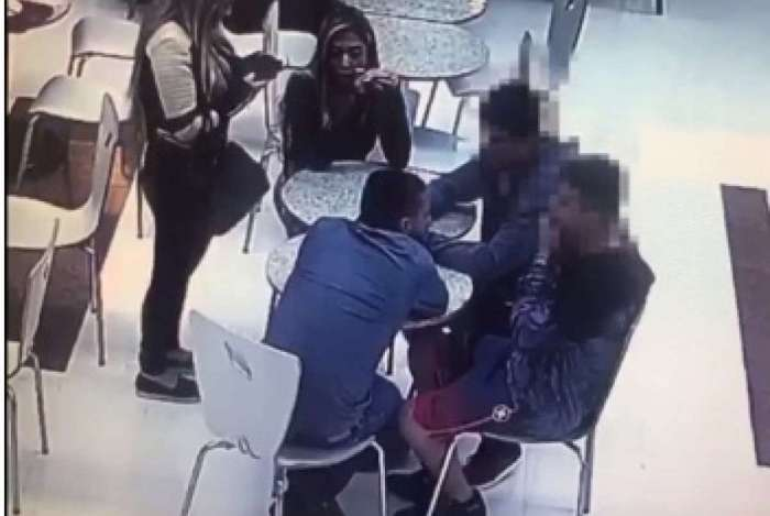 Vídeo de câmera de segurança em praça de alimentação mostra Edison Brittes, na presença da filha e da mulher, conversando com dois suspeitos. O terceiro chegaria em seguida