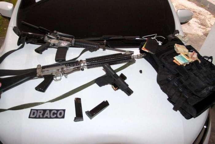 Fuzis, pistola, munições, colete e dinheiro apreendidos em operação da Draco-IE e MP contra a milícia