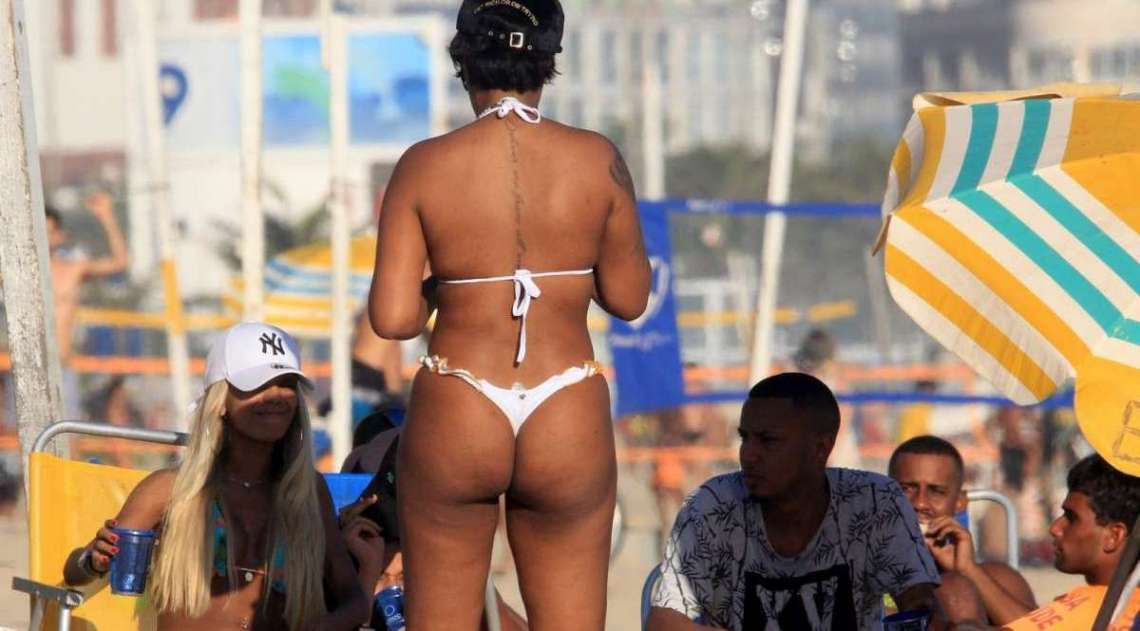 Ludmilla curte dia de praia com amigos