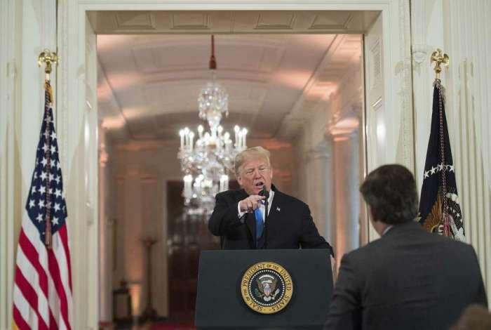 Presidente dos EUA, Donald Trump, entrou em discussão com o correspondente da Casa Branca Jim Acosta durante coletiva de imprensa após as eleições legislativas na Sala Leste da Casa Branca em Washington