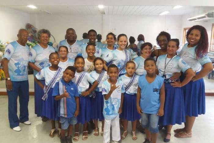 Alunos do projeto Madureira Toca, Canta e Dança reunidos com instrutores