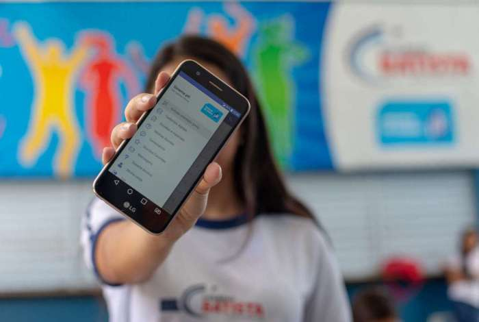 Escola viu no celular um aliado importante depois da sala de aula