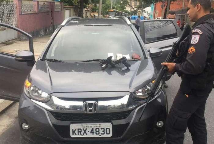 Carro roubado por bandidos foi recuperado pela PM. Uma pistola e um simulacro foi apreendido na ação