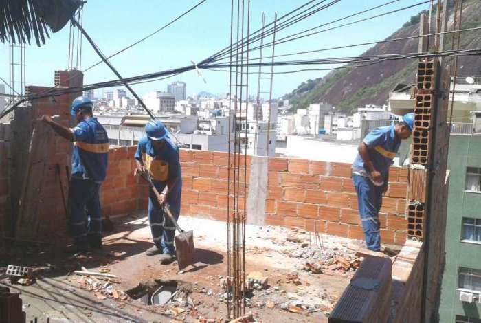 Construções irregulares que causavam risco são demolidas em Copacabana