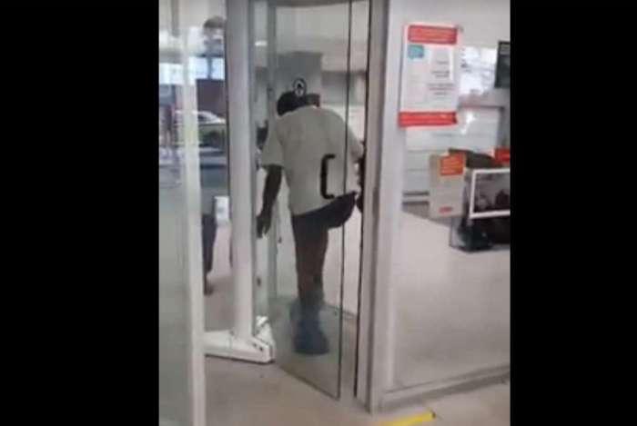Idoso teve de se despir para passar por porta giratória de uma agência do Santander
