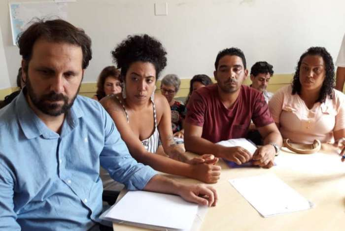 Deputado Flávio Serafini e vereadora de Niterói Talíria Petrone com casal desabrigado após deslizamento no Morro da Boa Esperança