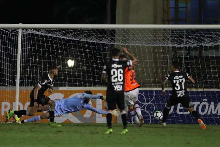 Léo Pereira aproveita vacilo da zaga do Vasco para empatar aos 50