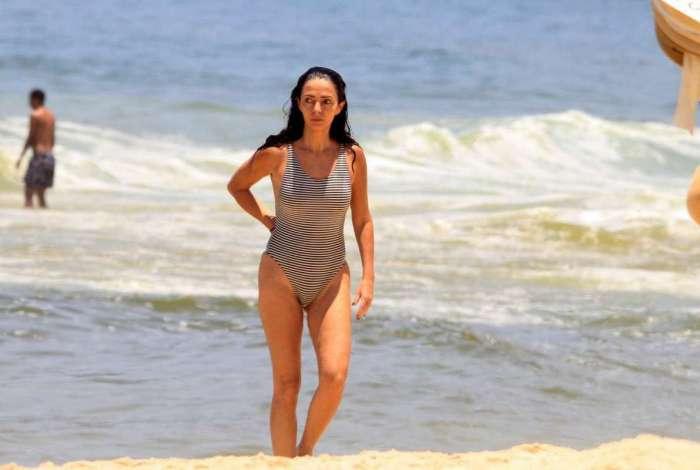 Claudia Ohana curte dia de praia em Ipanema