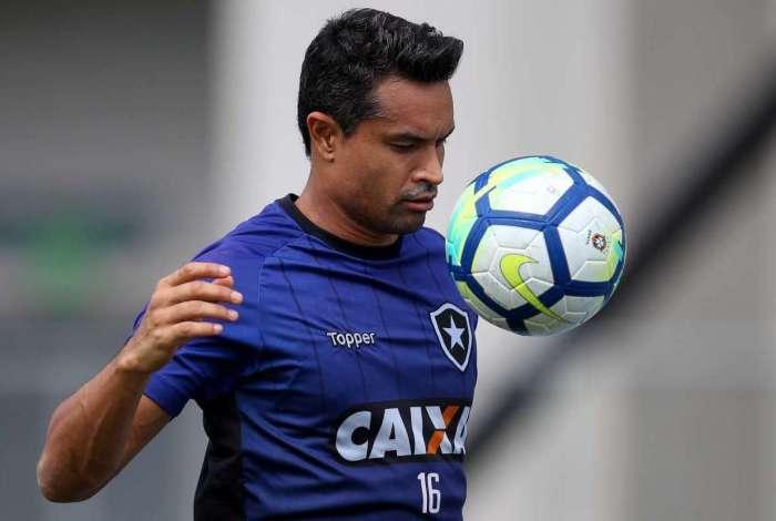 Dudu Cearense foi testado entre os titulares no treino em Chapecó