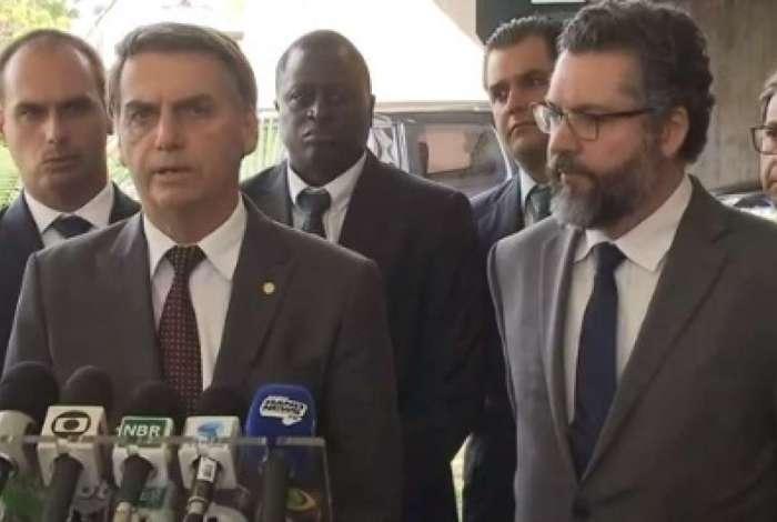 Presidente eleito Jair Bolsonaro ao lado do ministro das Relações Exteriores anunciado, Ernesto Araújo
