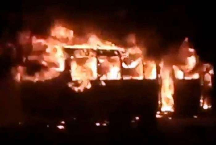 Ônibus pega fogo na Dutra