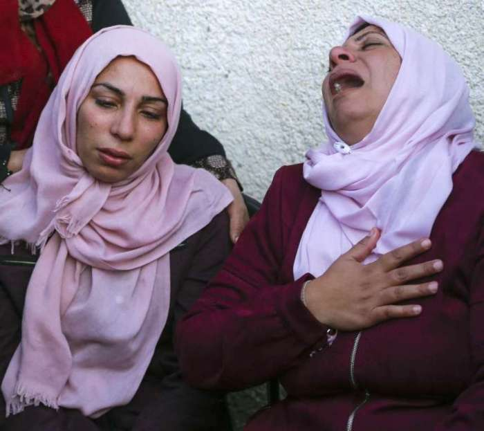 Parentes palestinos de Nawaf al-Aatar choram durante seu funeral em Beit Lahia, no norte da Faixa de Gaza