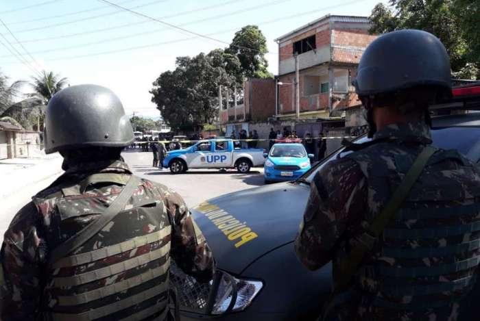 Militares isolam cena do crime: PM foi morto pelo Exército ao furar dois bloqueios e fazer disparos, segundo o Comando Militar do Leste (CML)