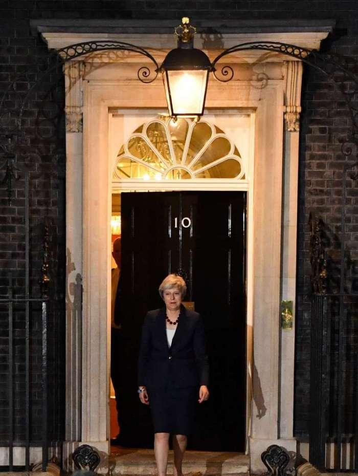 Primeira-ministra do Reino Unido, Theresa May, sai para dar declaração em Londres, depois de realizar uma reunião de gabinete na qual os ministros deviam apoiar o acordo preliminar ou desistir