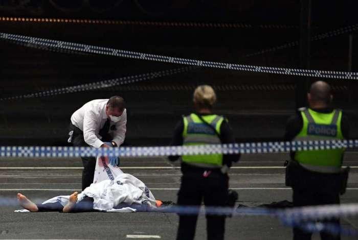 Um policial fazendo perícia em um corpo na cena do ataque reivindicado pelo Estado Islâmico em Melbourne, no dia 9 de novembro