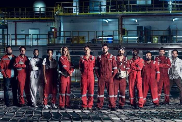 Dante (Cauã Reymond) e seus colegas de trabalho em 'Ilha de Ferro'