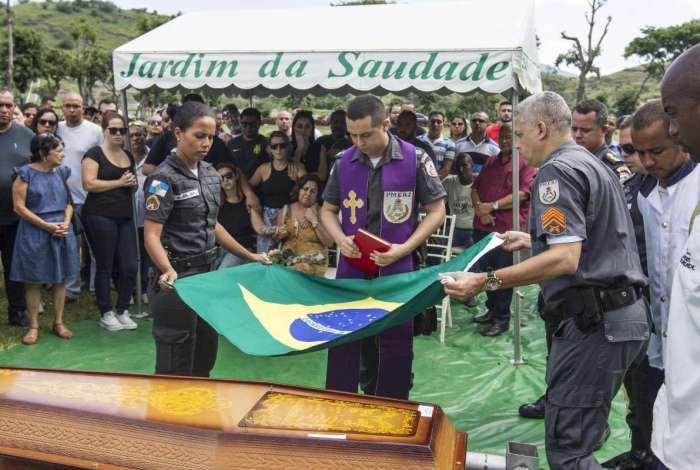 Parentes, amigos e colegas de farda se despediram de Diogo no Cemitério Jardim da Saudade, em Sulacap