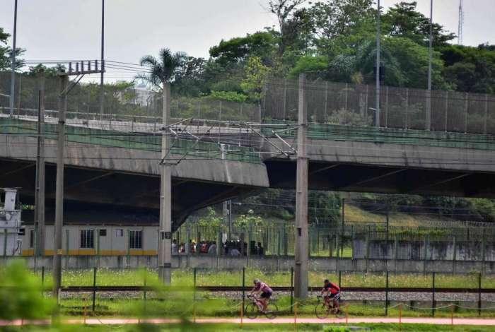 2018-11-15 - AGÊNCIA DE NOTîCIAS - PARCEIRO - Um viaduto que passa por cima da linha de trem 9 da CPTM, cedeu em aproximadamente 2m, na madrugada desta quinta-feira, 15. Está localizado na pista expressa da Marginal Pinheiros, próximo a Ponte do Jaguaré, na Zona Oeste de São Paulo - Foto: Eduardo Carmim/Parceiro/Agência O Dia
