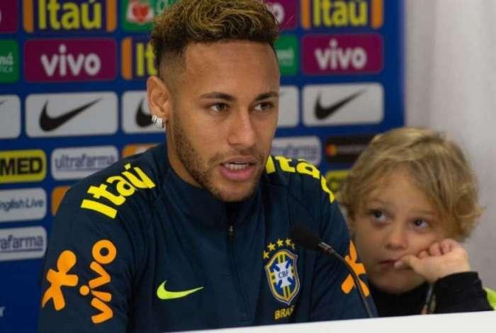 Neymar levou o filho, Davi Lucca, 7 anos, para a coletiva da Seleção: 'Ele veio por causa do feriado, tento trazê-lo para ficar perto de mim'