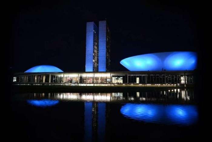 Monumentos são iluminados de azul em apoio à campanha Novembro Azul para chamar a atenção dos homens sobre a importância da prevenção e do diagnóstico precoce do câncer de próstata