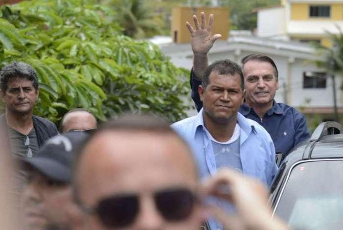 O presidente eleito, Jair Bolsonaro cumprimenta apoiadores em frente à sua casa, na Barra da Tijuca, Zona Oeste