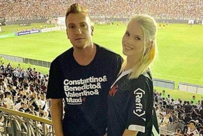 Maxi López recebeu de Alexandre Campello uma blusa personalizada