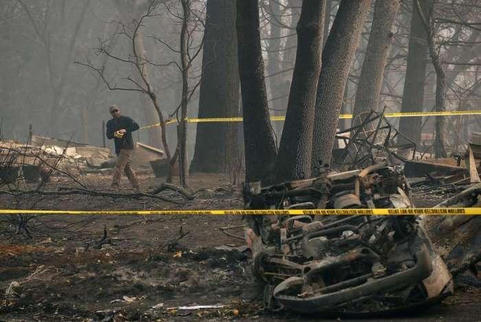 Agente policial cerca área devastada pelo incêndio florestal em Paradise, no norte da Califórnia