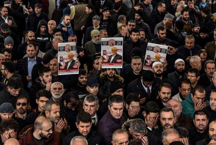 Cartazes de Kashoggi erguidos em funeral simbólico em Istambul