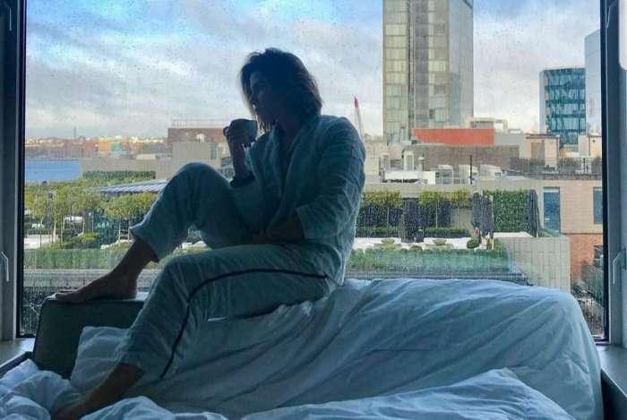 Giovanna Antonelli capricha na pose e aparece tomando café da manhã na janela do quarto de hotel em Nova York
