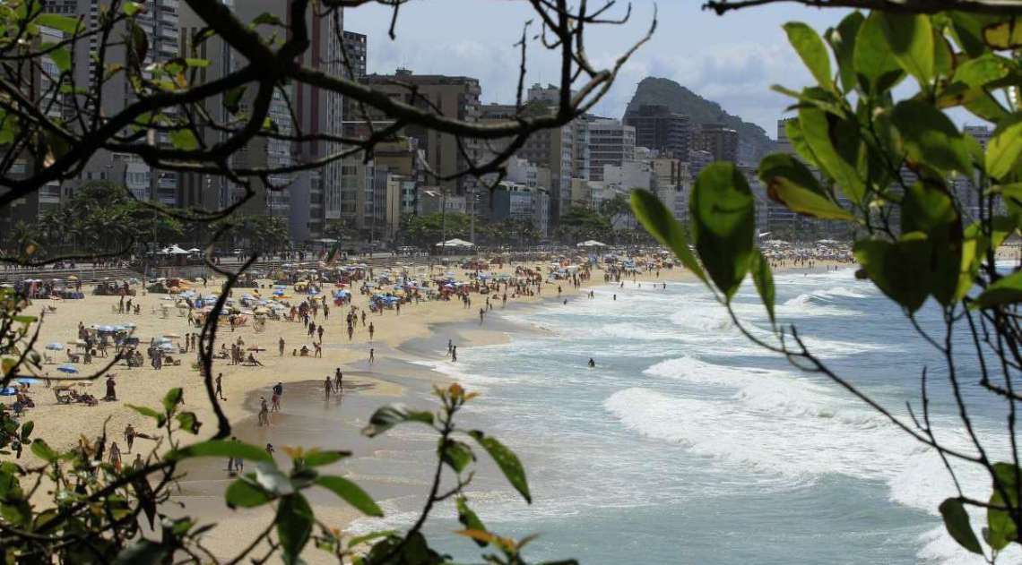 Fim de semana com lazer na praia. Na foto, Praia do Leblon vista do mirante da Av. Niemeyer.