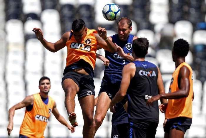 Zagueiro Joel Carli (D) arrisca a cabeçada no treino marcado pelo atacante Brenner
